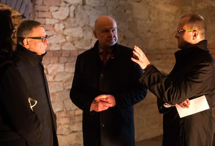 Ministr kultury Zaorálek s Hejtmanem Pardubického kraje Netolický ve sklepení s panem Bobkem, ČsOL
